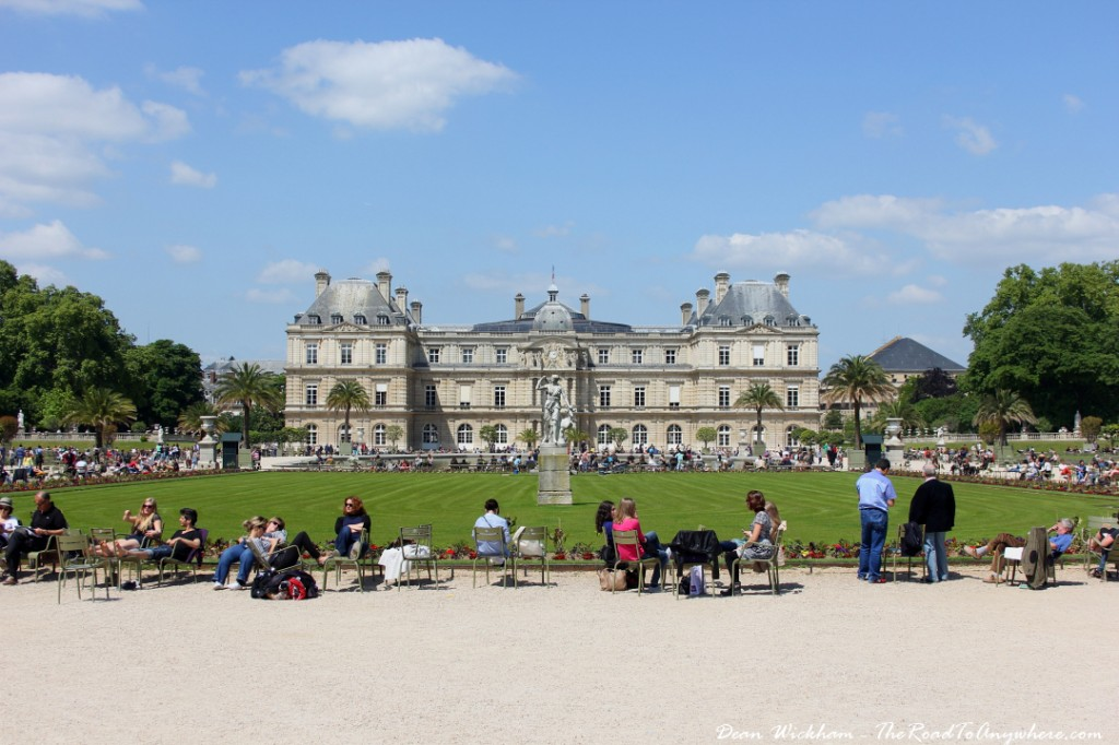 Parisians relaxing in jardins du luxembourg paris for Jardin du luxembourg